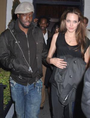 Angelina deixa restaurante em Nova York com o músico Wyclef Jean (27/4/07)