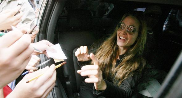 Angelina dá autógrafos aos seus fãs em Praga, na República Tcheca (11/5/07)