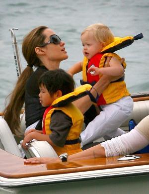Angelina Jolie leva os filhos para passear de barco no lago Michigan, em Chicago. A família foi assistir a um evento anual que acontece no lago chamado