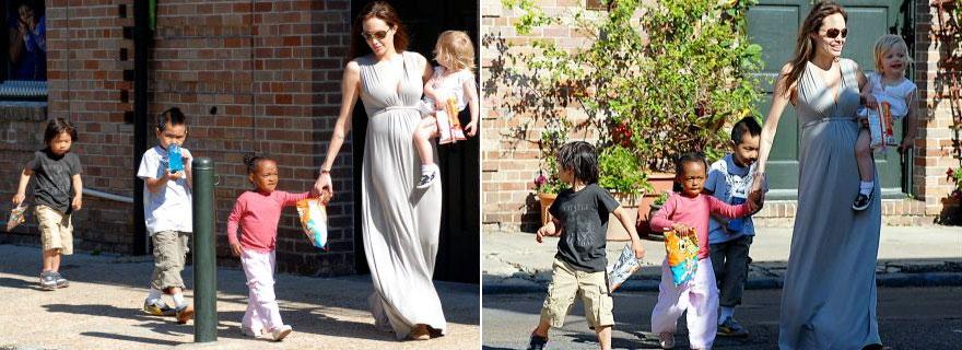 Grávida dos gêmeos, Angelina Jolie leva Shiloh (no colo), Zaraha (de mão dada), Madoxx e Pax Thien (esq) para passear na cidade de Nova Orleans (16/3/08)