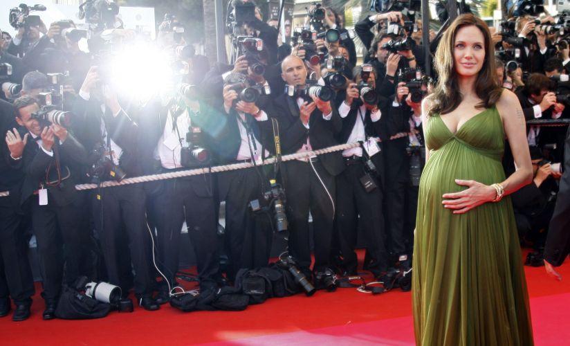 Grávida de gêmeos, Angelina Jolie posa para foto no tapete vermelho do Festival de Cannes, em maio de 2008