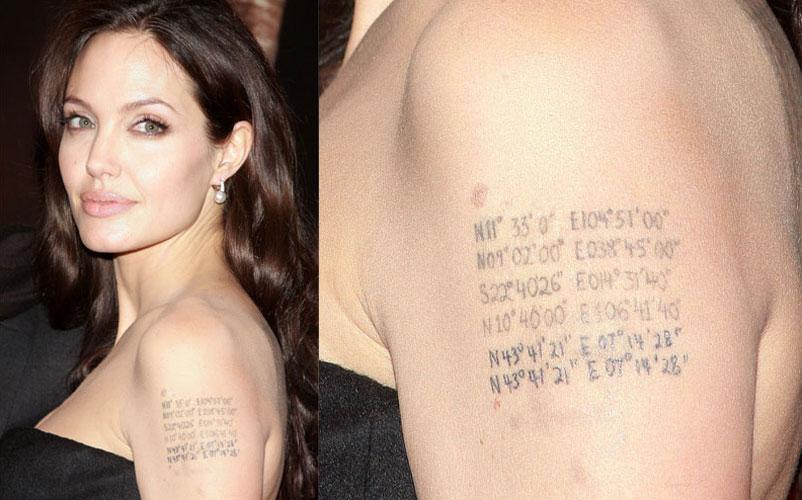 Com a chegada dos gêmeos, Angelina Jolie atualiza a tatuagem que tem no braço esquerdo, acrescentando a latitude e longitude do local onde eles nasceram. No caso, Nice, no sul da França. Repare como são os únicos números repetidos (4/10/08)