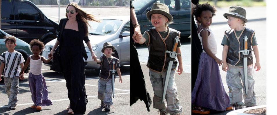 Angelina Jolie leva os filhos Pax (à esq), Zahara, Shiloh para uma grande rede de loja de brinquedos, em Toulon, na França. Shiloh, que de acordo com o que Brad Pitt disse em entrevista a David Letterman, é