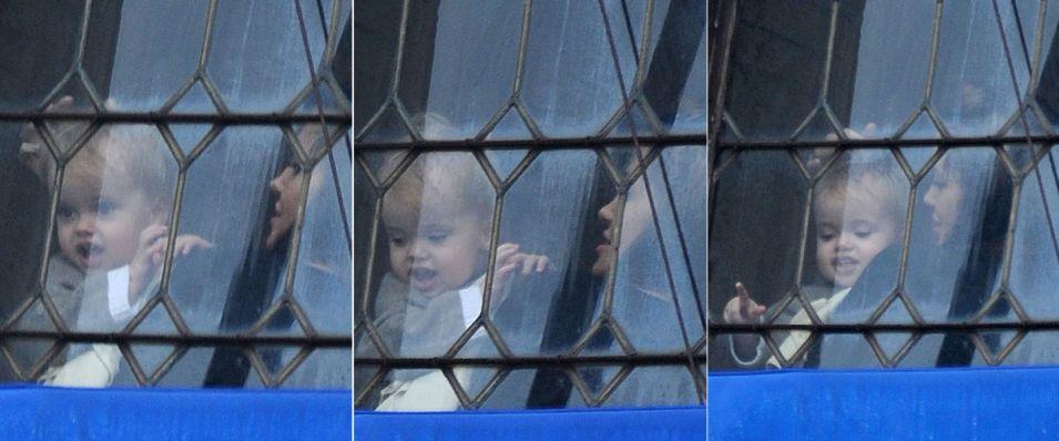 Em Veneza com toda a família, Angelina Jolie mostra a vista da janela para o caçula Knox Léon, irmão gêmeo de Vivienne Marcheline, com 19 meses (18/2/10)