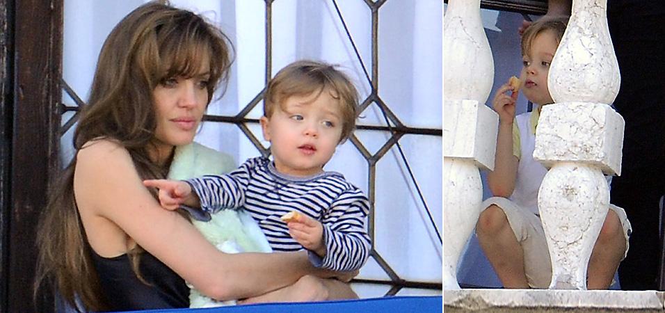 Aparentando cansaço, Angelina Jolie observa a vista da varanda com o filho Knox no colo, em Veneza. A irmã Shiloh (dir.) também observa a vista da cidade (23/3/2010)