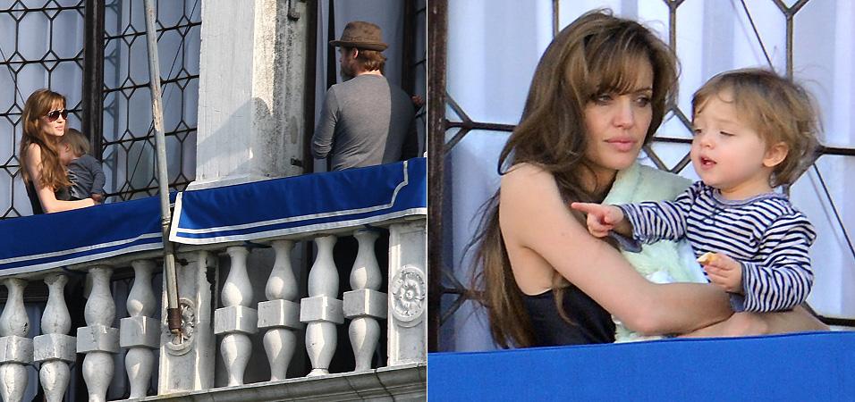 Angelina e Brad Pitt (esq.) são fotografados na varanda de onde estão hospedados em Veneza, com os filhos gêmeos no colo. Aparentando cansaço, Angelina observa a vista de Veneza com o filho Knox no colo (dir.) (23/3/2010)