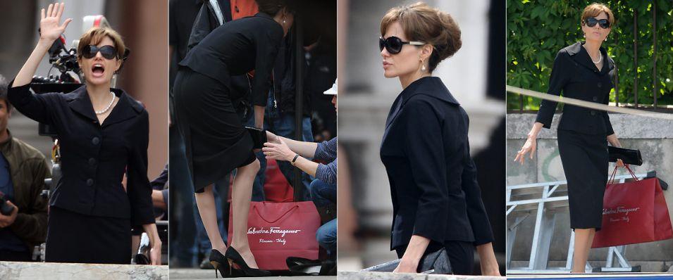 Com o cabelo preso e um figurino todo preto, a atriz Angelina Jolie filma cenas de