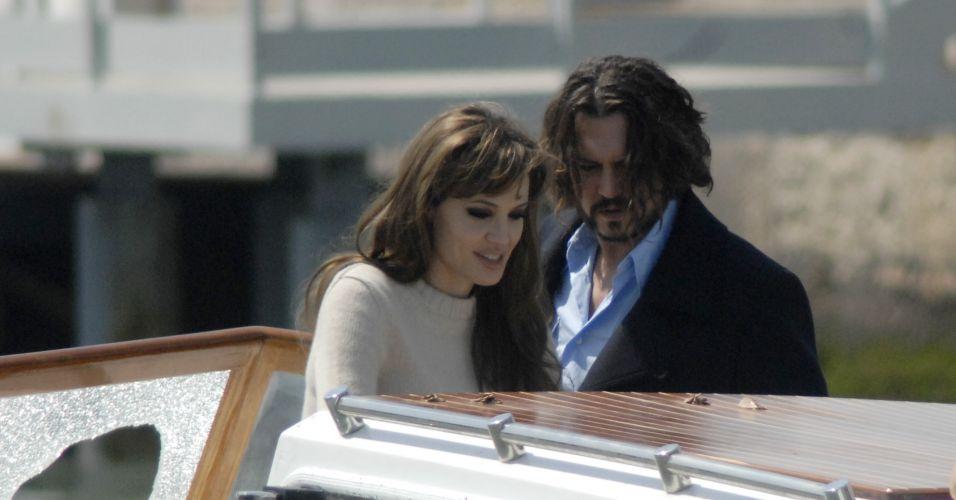Angelina Jolie grava com Johnny Depp cenas de