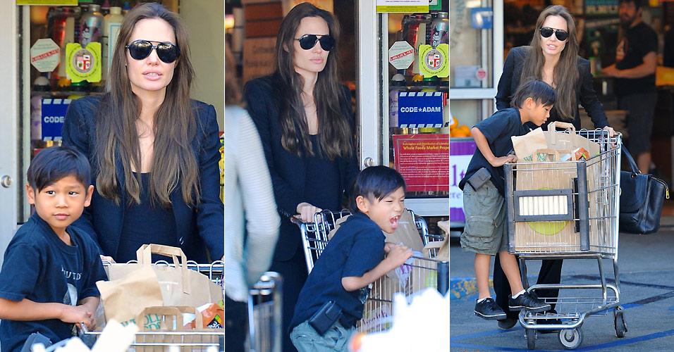 Gente como a gente. A atriz Angelina Jolie e o filho Pax são fotografados na saída de um supermercado em Studio City, na Califórnia (19/1/2011). O menino, que completou sete anos em novembro, se divertiu pendurado no carrinho de compras