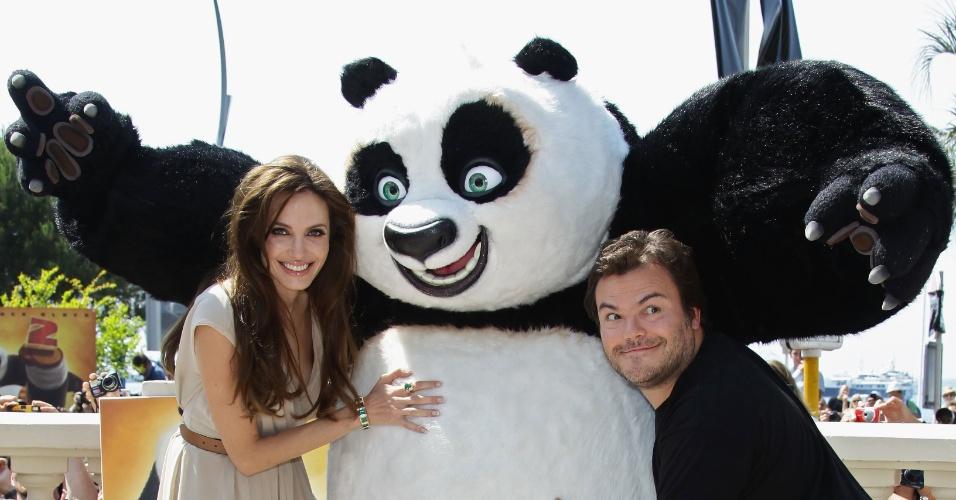 Angelina Jolie e Jack Black posam para foto com Po, de