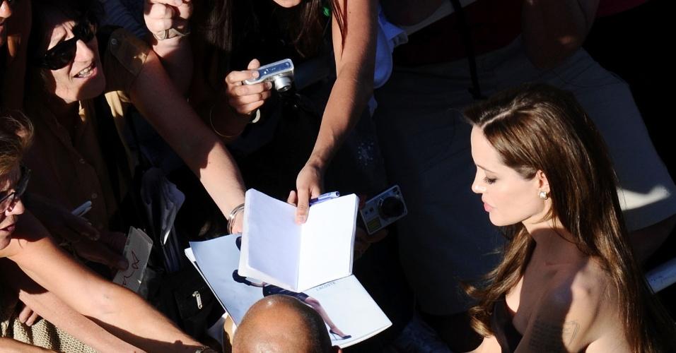 Angelina Jolie dá autógrafos antes da exibição de