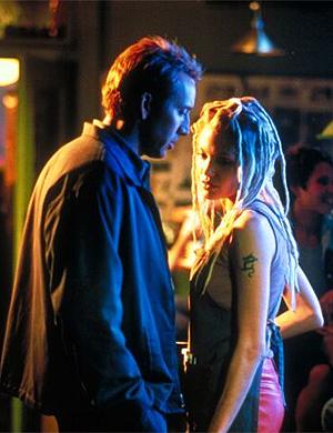 Angelina loira e com dreadlocks, ao lado de Nicolas Cage em