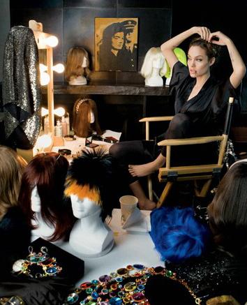 Angelina Jolie se arruma antes de ser fotografada (3/6)