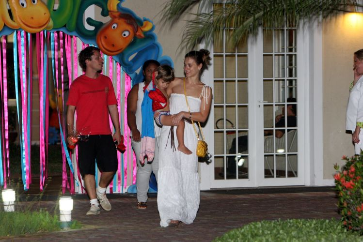 Carolina Dieckmann deixa a festa de aniverário de Luísa com o filho, José, e o marido, Tiago Worcman. A família de Carol comemorou o primeiro aninho da filha de Raoni Carneiro e Fernanda Rodrigues (11/12/2010)