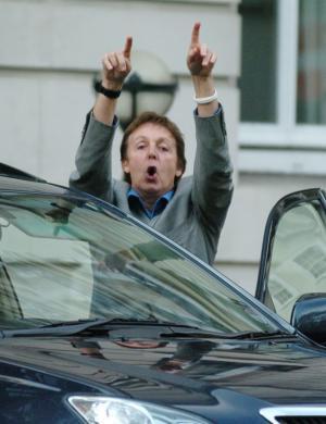 Até Sir Paul McCartney, que está com a pulseira branca simbolizando paz e amor, xingou os fotógrafos em Londres (22/4/07)