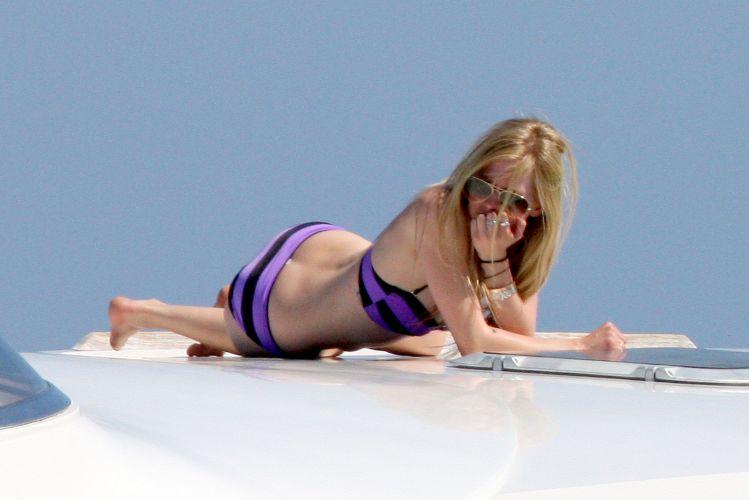 Ao lado de amigas, Avril Lavigne curte dias de sol em St. Tropez, na França (26/6/11)