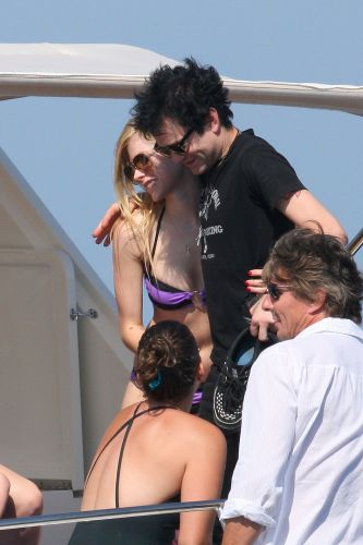Ao lado de amigas, Avril Lavigne est curtindo dias de sol em St. Tropez, na Frana. A cantora de 26 anos, que viaja sem o namorado, Brody Jenner, foi vista no ltimo domingo (26) conversando e trocando carinhos com seu ex-marido, Deryck Whibley, a bordo de um iate (26/6/11)