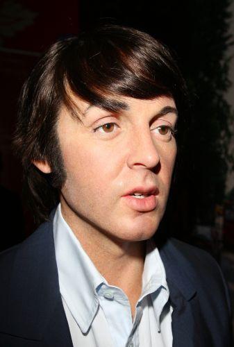 Estátua de cera de Paul MEscCartney. No dia do 31º aniversário de morte de John Lennon, os Beatles ganham estátua de cera no museu Madame Tussauds em Hollywood, na Califórnia. As estátuas imitam a famosa capa do álbum