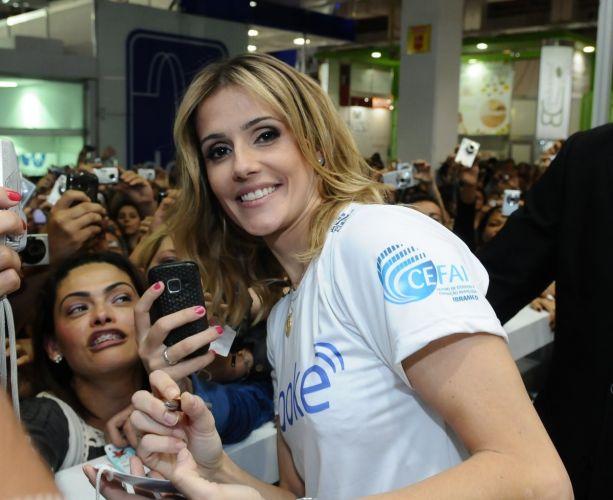 A atriz Deborah Secco é cercada por fãs e suas máquinas fotográficas na Beauty Fair, evento de beleza que acontece em São Paulo até o dia 13 de setembro (11/9/11)
