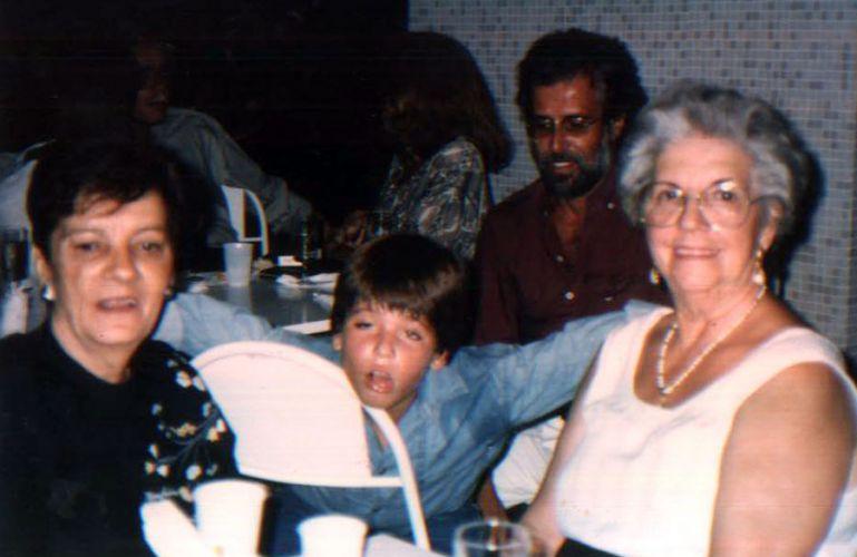 Bruno Gagliasso com a família em uma festinha de aniversário (1988)