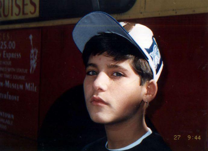 Bruno Gagliasso de brinquinho na orelha esquerda, em uma viagem aos Estados Unidos (1995)