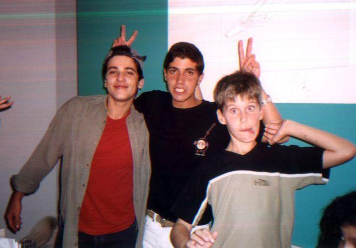 Bruno posa sorrindo enquanto Thiago faz careta. No meio dos dois, o primo brincalhão Rafael (1997)