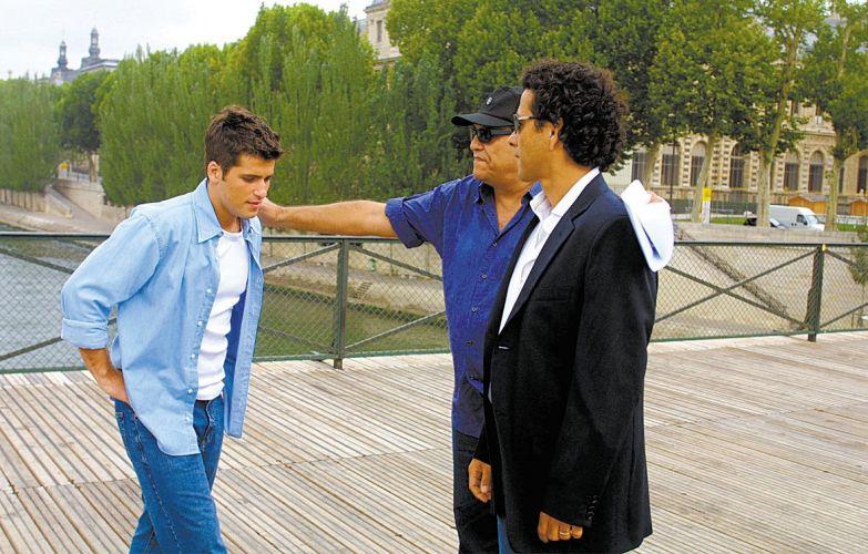 Bruno Gagliasso viajar para Paris com o diretor Dênis Carvalho (centro) e Marcos Palmeira (dir.) para gravar cenas como Inácio, de