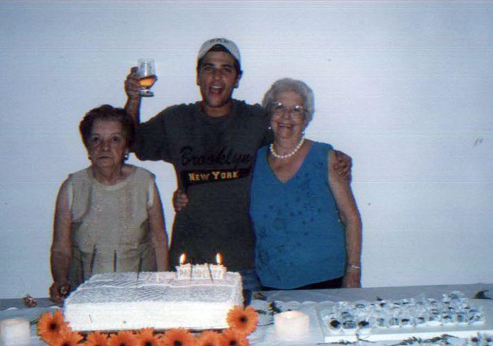 Bruno Gagliasso no aniversário de 80 anos da avó materna, Marina (à esquerda). À direita, a avó paterna do ator, Niloca (2005)