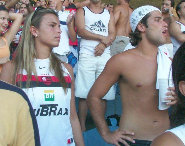 Flamenguista roxo, Gagliasso leva a então namorada Viviane Sarahyba para assistir a um jogo no Maracanã, no Rio de Janeiro (3/4/05)