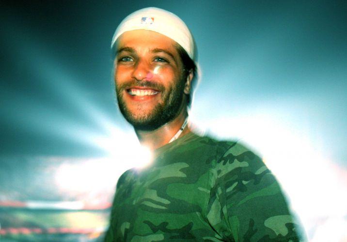 De camarote, Bruno Gagliasso assiste ao do show da banda U2, em São Paulo (21/2/06)