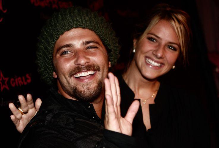 Ainda noivos, há apenas 12 dias do casamento, Bruno Gagliasso e Giovanna Ewbank assistem desfile de moda em São Paulo (1/3/10)
