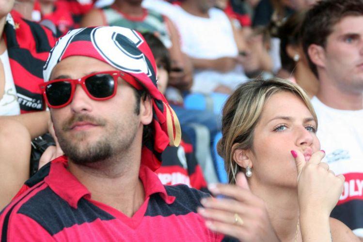 Bruno Gagliasso leva a mulher, Giovanna Ewbank, para assistir ao jogo Flamengo x Botafogo, no Maracanã, no Rio de Janeiro (18/4/10)