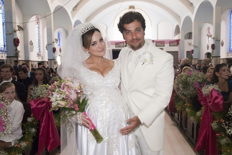 Gabriela Duarte e Bruno Gagliasso na cerimnia de casamento dos personagens Jssica e Berilo em 