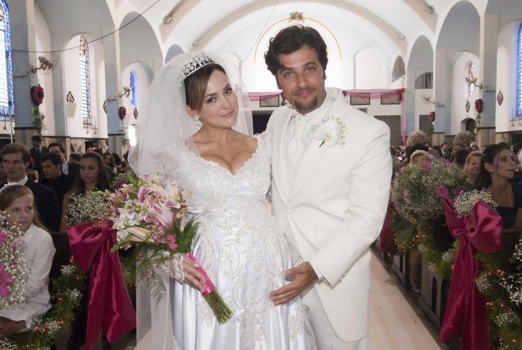 Gabriela Duarte e Bruno Gagliasso na cerimônia de casamento dos personagens Jéssica e Berilo em
