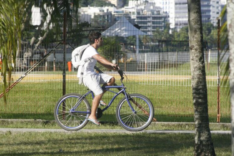 O ator Bruno Gagliasso pedala na Lagoa Rodrigo de Freitas, na zona sul do Rio (23/1/2011)