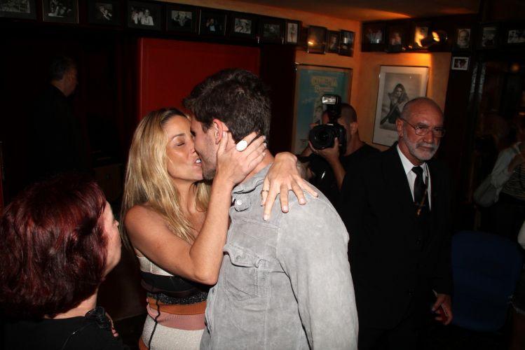 Danielle Winits e Jonatas Faro trocam beijos na noite de sexta-feira (26), durante o 16º Festival de Cinema de Búzios, litoral do Rio de Janeiro (26/11/2010)
