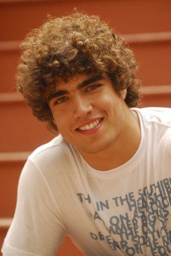 O ator Caio Castro posa para foto durante intervalo de gravação de