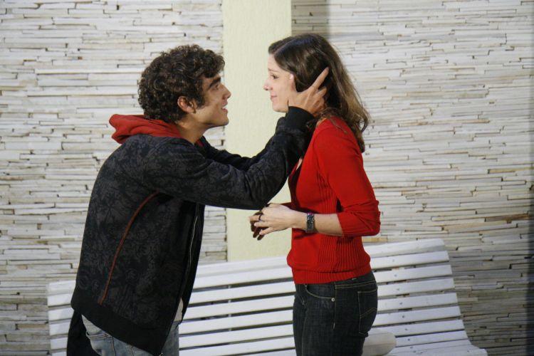 Caio Castro e Georgiana Góes durante cena de