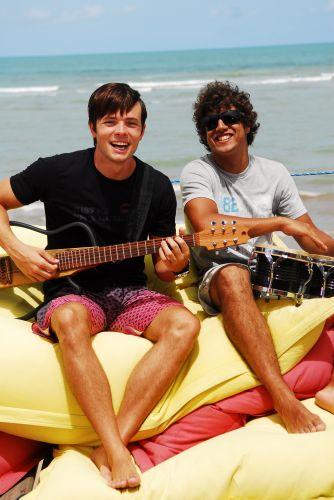 Da esquerda para a direita, Daniel Dalcin e Caio Castro durante gravação de