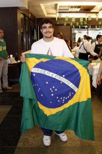O ator Caio Castro assiste ao jogo do Brasil contra Portugal em uma churrascaria na Barra, zona oeste do Rio de Janeiro (25/6/10)