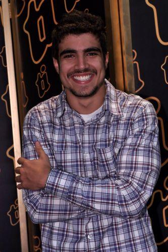 O ator Caio Castro posa para foto durante a coletiva de imprensa de