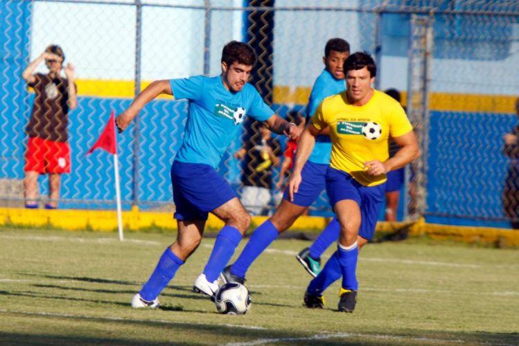 Os atores Caio Castro e Ricardo Macchi brigam pela posse da bola durante futebol beneficente para arrecadar alimentos para as famílias de Caxias, baixada fluminense (5/7/10)