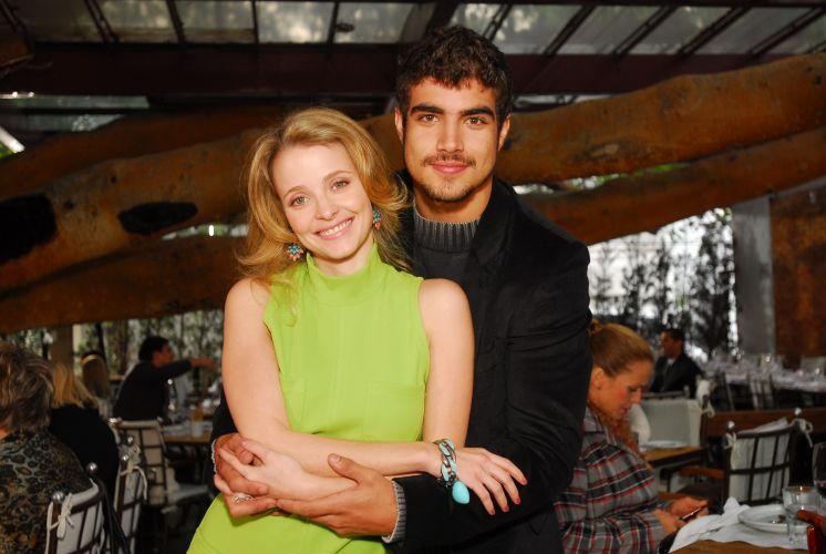 Os atores Caio Castro e Maria Helena Chira posam para foto durante gravação de