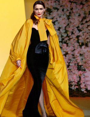 Como modelo, Carla Bruni participou do último desfile do estilista Yves Saint Laurent, em 2002