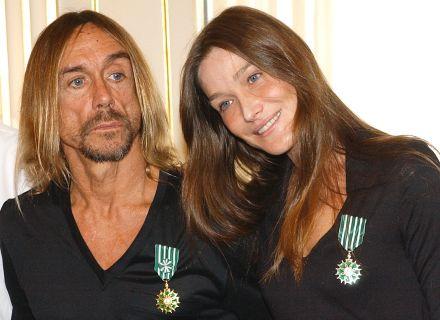 Em 2003, a Carla Bruni recebeu prêmio do governo francês ao lado do roqueiro Iggy Pop