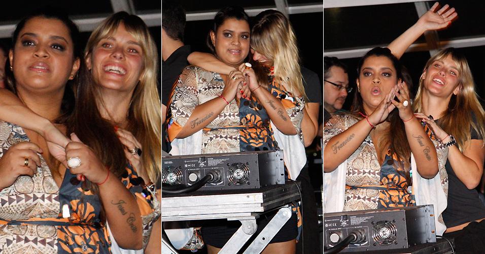 A cantora Preta Gil e a atriz Carolina Dieckmann se divertem na área vip de casa de show carioca, durante apresentação do projeto do DJ Zé Pedro,