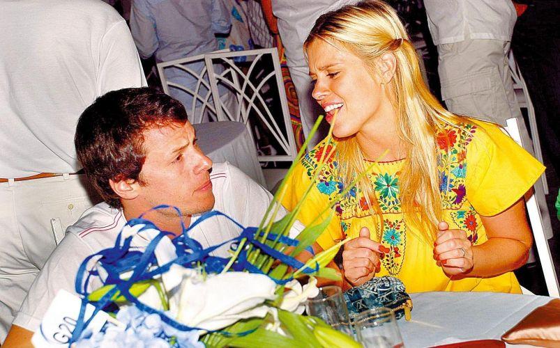 Ao lado do marido, Tiago Worcman, Carolina Dieckmann se diverte no show do Chiclete com Banana, no Réveillon das Águas Claras, em Salvador, Bahia (5/1/2009)