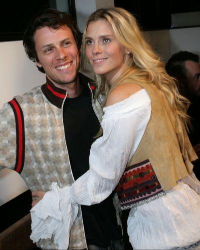 Loira e com os cabelos ondulados, Carolina Dieckmann viaja até São Paulo com o marido, o roteirista da TV Globo Tiago Worcman, para a abertura da megaloja de jeans (12/8/2008)