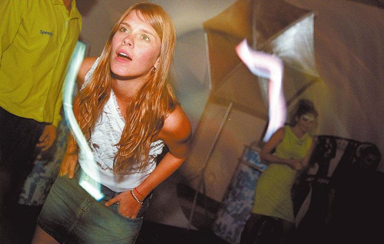 Carolina Dieckmann durante festa em São Paulo (16/9/2003)