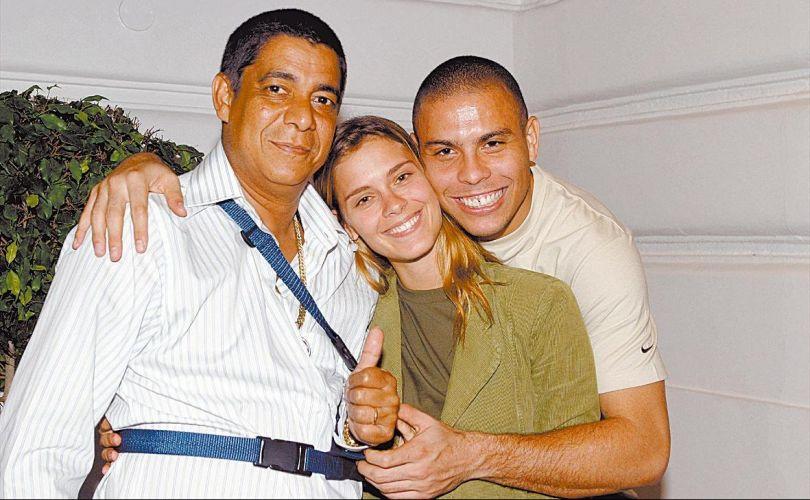 Carolina Dieckmann posa com Zeca Pagodinho e Ronaldo na cobertura do sambista, na Barra da Tijuca (17/3/2004)